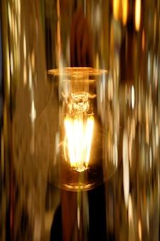 Vintage glühbirne mit goldenen reflexionen hautnah