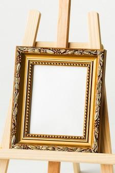 Vintage goldener rahmen auf staffelei