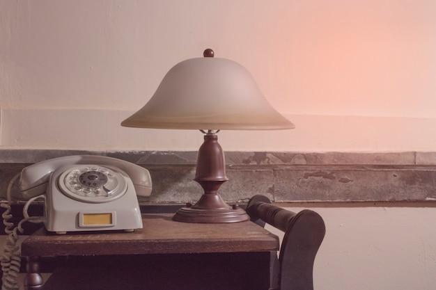 Vintage graues telefon auf einem tisch