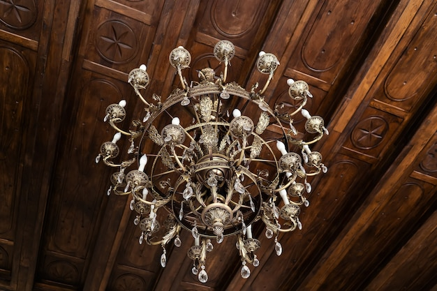 Vintage großer kronleuchter im palast an der deckennahaufnahme.