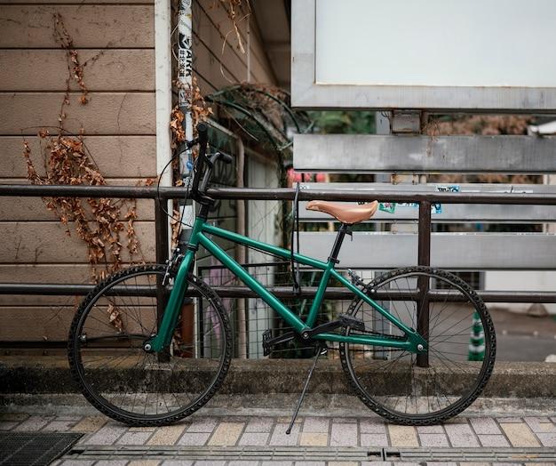 Vintage grünes fahrrad mit schwarzen details