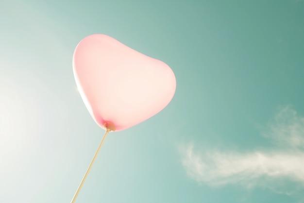 Vintage herz ballon auf blauem himmel konzept der liebe im sommer und valentinstag, hochzeit flitterwochen