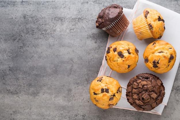 Vintage hintergrund des schokoladenmuffins, selektiver fokus.