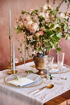 Vintage hochzeitsdekor. schöner veranstaltungsort. kreative dekoration. pinke farbe.