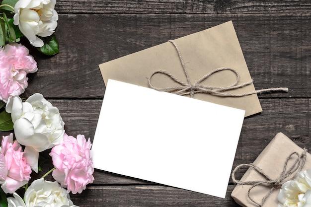 Vintage hochzeitsgrußkarte mit rosa und weißen rosen und geschenkbox