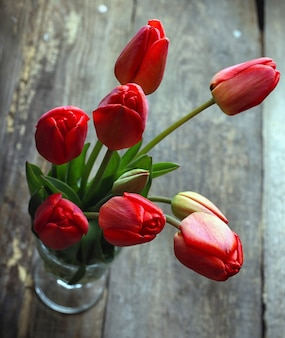 Vintage holzhintergrund mit tulpen an
