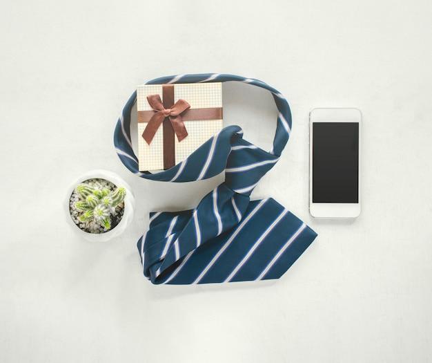 Vintage holzkalender für den 16. juni mit krawatte, geschenk, kaktus, handy