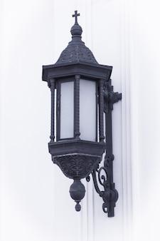 Vintage iron lantern light auf einer weißen steinmauer extreme nahaufnahme