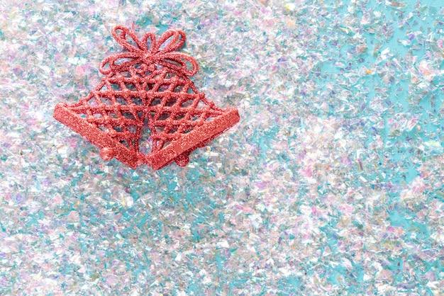Vintage jingle bell auf rosa glitzer. minimal weihnachten. frohes neues jahr. flache lage, draufsicht, copyspace
