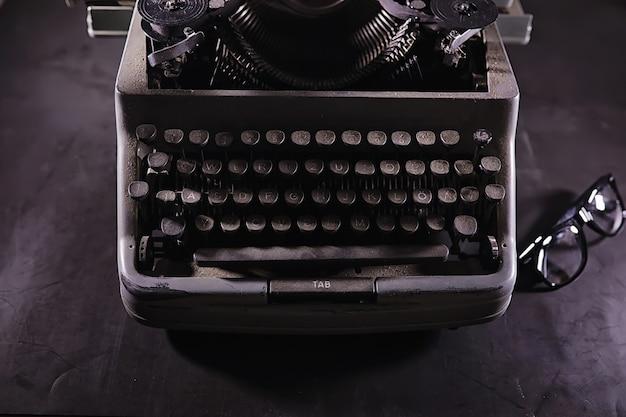 Vintage-journalist-tool. schreibmaschine retro. der autor ist am werk. siegel des romans. konzept für journalisten.