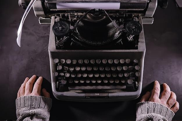 Vintage journalistenwerkzeug schreibmaschine retro der schriftsteller ist bei der arbeit