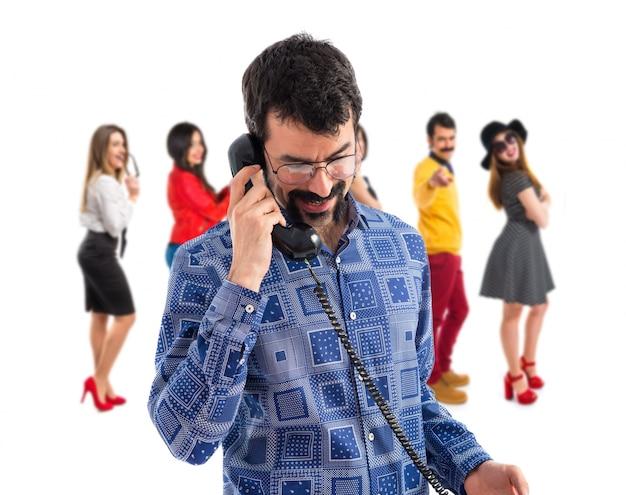 Vintage junge mann im gespräch mit vintage telefon