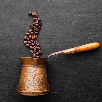 Vintage kaffeekanne mit gerösteten bohnen