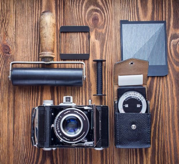 Vintage kamera, belichtungsmesser und andere insignien der filmfotografie.