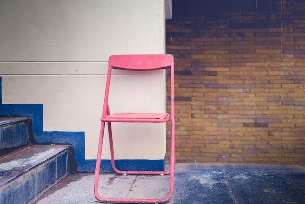 Vintage klappstuhl und alte wände. vintage tonfarbe