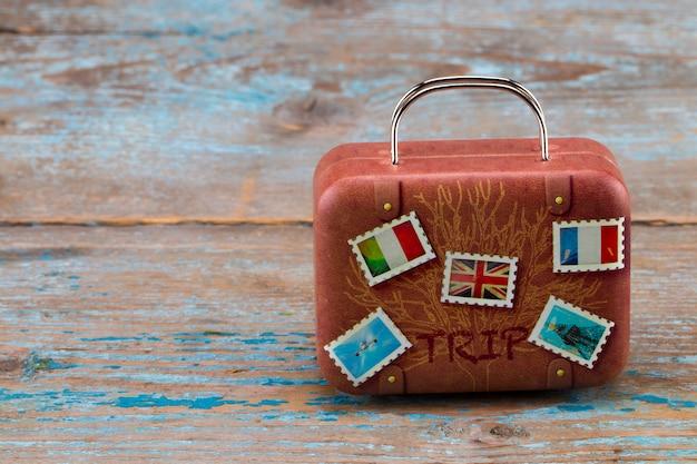 Vintage klassische braune koffer auf holz. reisekonzept. mit kopierplatz