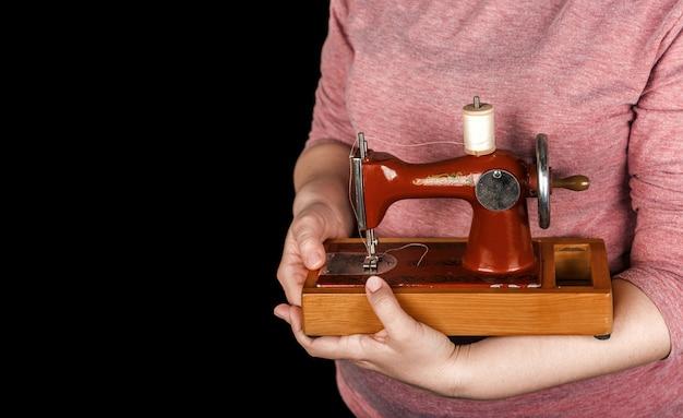 Vintage kleine nähmaschine in frauenhand