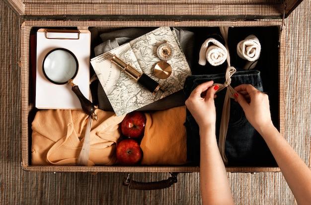 Vintage-koffer der draufsicht mit freizeitkleidung
