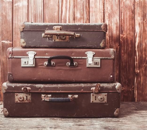 Vintage koffer über holzwand, retro-stil