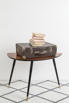 Vintage koffer und einige alte bücher darüber