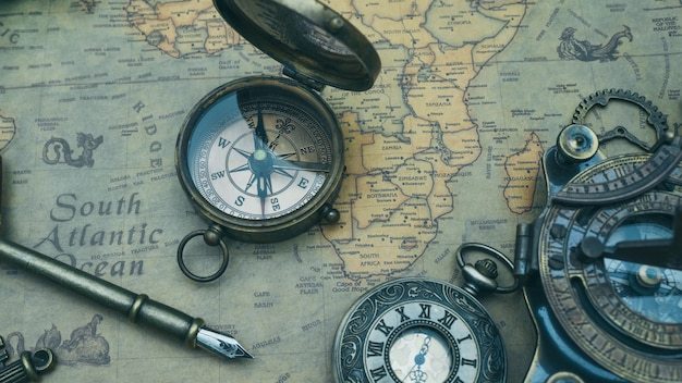 Vintage kompass auf karte