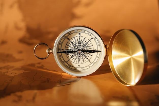 Vintage kompass auf weltkarte