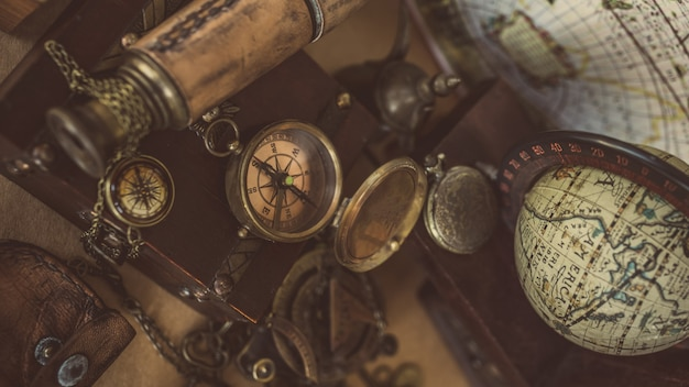 Vintage kompass, uhr anhänger und teleskop