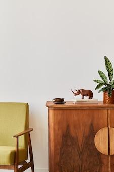 Vintage-konzept der wohnzimmereinrichtung mit retro-sessel, holzkommode, pflanze, buch und tasse kaffee. platz kopieren.