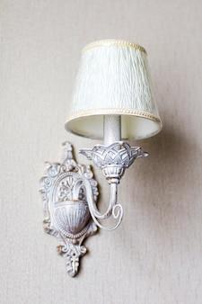 Vintage kronleuchter. eine antike lampe im innenraum, alte leuchter