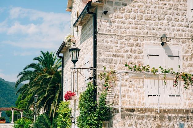Vintage lampe an der wand auf der straße