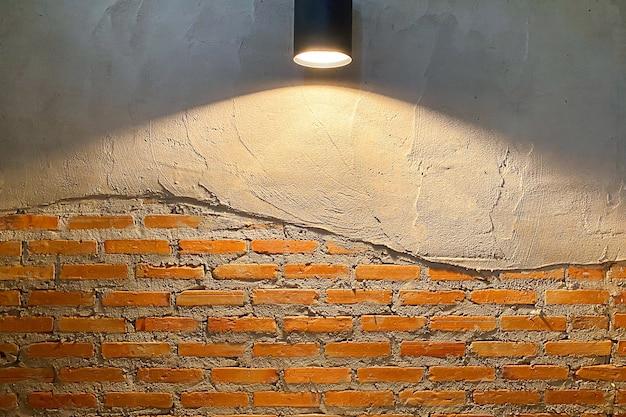 Vintage lampenwand aus schwarzem stahl auf rotem backsteinhintergrund. beleuchtete lampen schmücken die schönen backsteinbodenwände.