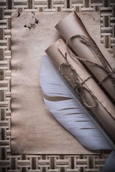 Vintage leere blatt schnurgebundene papierrollen feder