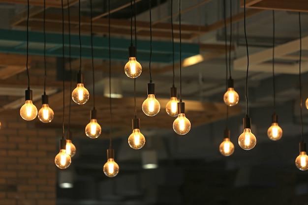 Vintage leuchtende glühbirnen hängen. dekorative antike glühbirnen.
