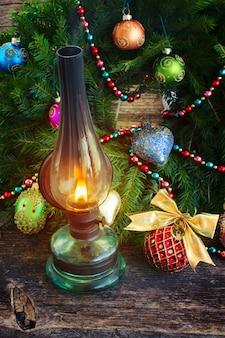 Vintage leuchtende laterne mit verziertem immergrünem weihnachtskranz