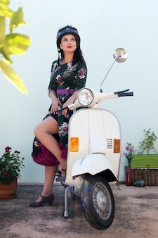 Vintage mädchen neben motorrad