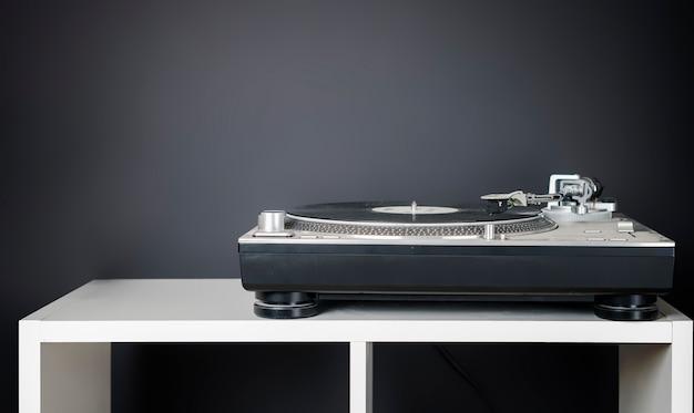 Vintage minimalistisches konzept mit dem plattenspieler im regal b