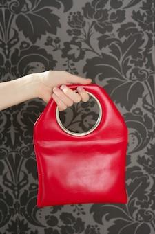 Vintage-modetasche der roten handtasche retro auf sechzigerwand