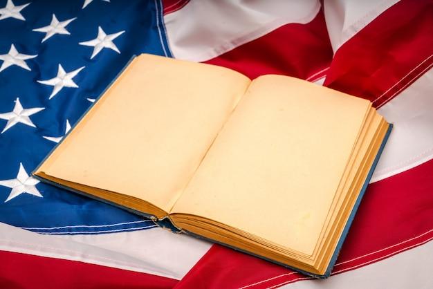 Vintage-offenes buch auf die amerikanische flagge