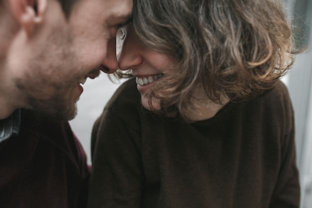 Vintage paar umarmt und lacht