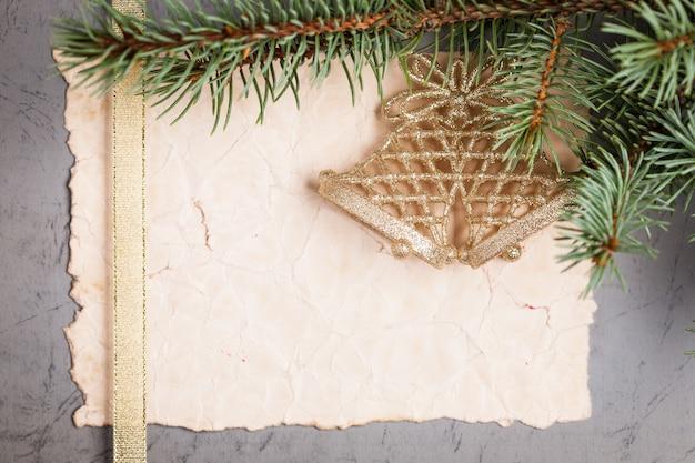 Vintage-papier leer gerahmt dekorierter zweig des weihnachtsbaums