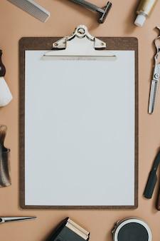 Vintage-papierklemmbrett-salon-tools in jobs und karrierekonzept
