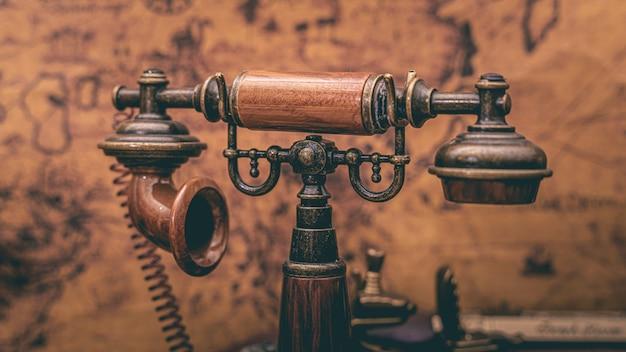 Vintage piratentelefon mit alten weltkarte