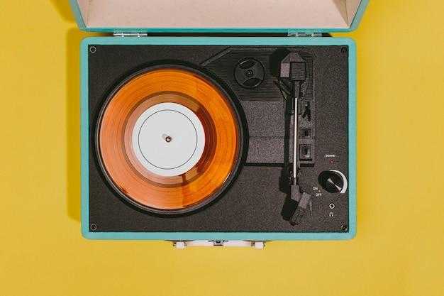 Vintage plattenspieler mit gelber oberfläche