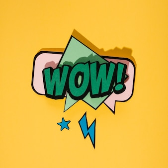 Vintage pop-art-stil sprechblase auf gelbem hintergrund