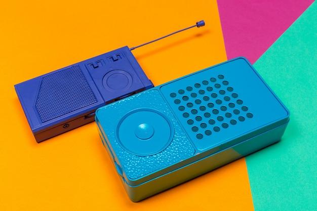 Vintage radio auf farbigem hintergrund.