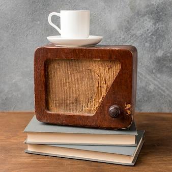 Vintage radio und tasse kaffee