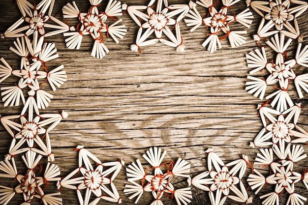 Vintage rahmen aus christbaumschmuck baum auf altem holz