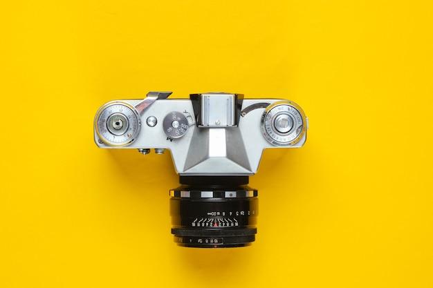 Vintage retro filmkamera auf gelb.