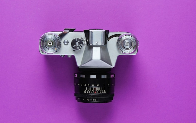Vintage retro-filmkamera auf lila.