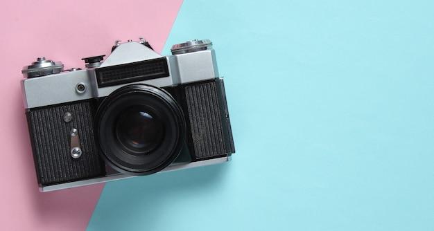 Vintage retro-stil filmkamera auf rosa blau.